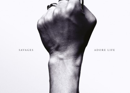 "Savages: Neues Video zum Song ""Adore"""