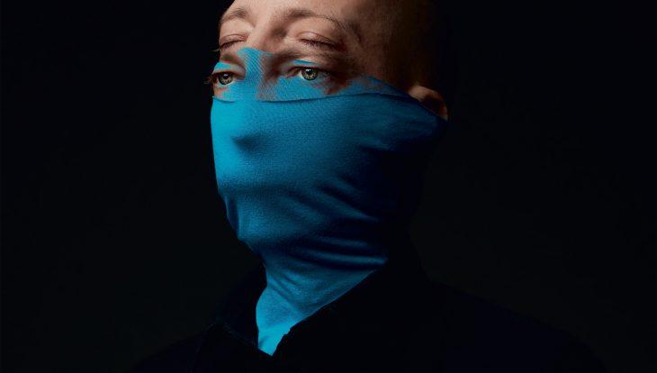 Das Albumcover zeigt Douglas Greed mit einer blauen Maske